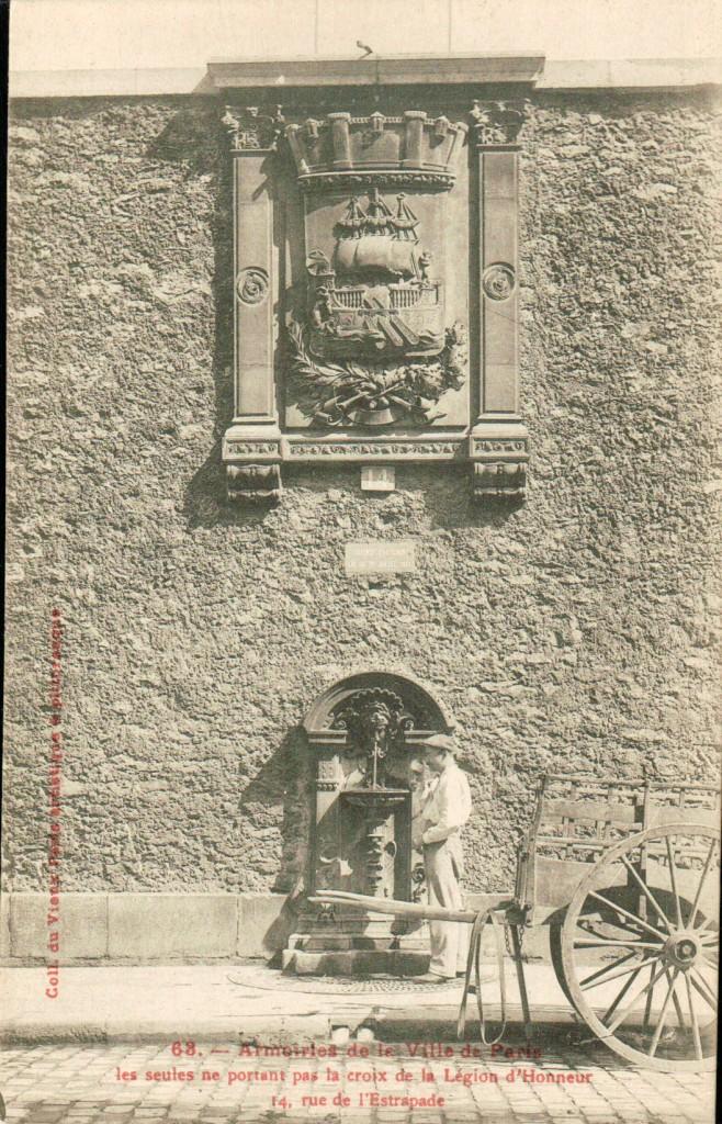 Blason de Paris et fontaine Wallace dite en applique.