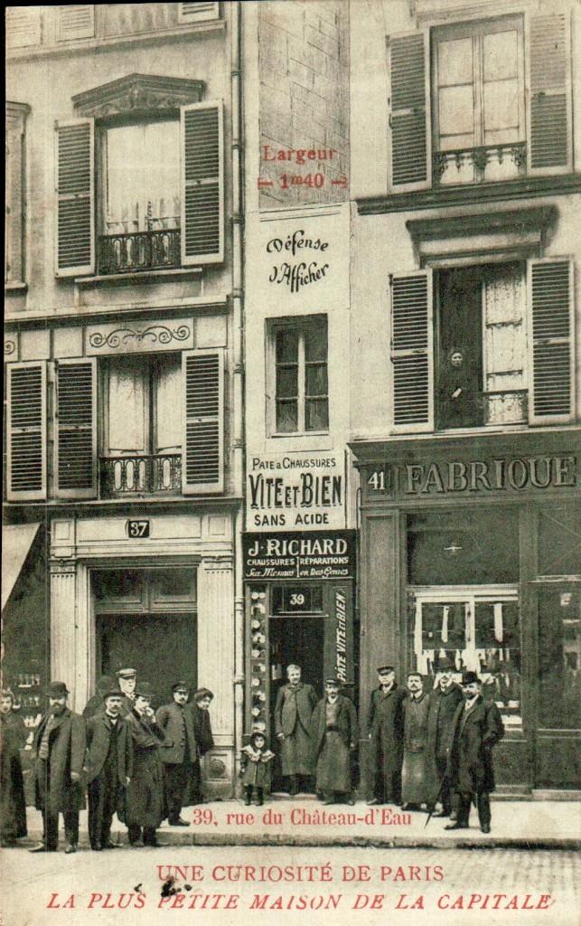 Carte postale ancienne de la plus petite maison de Paris.