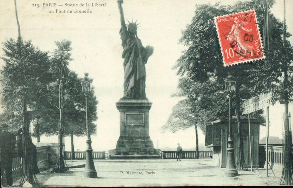 Statue de la liberté sur son piedestal de l'île des Cygnes.