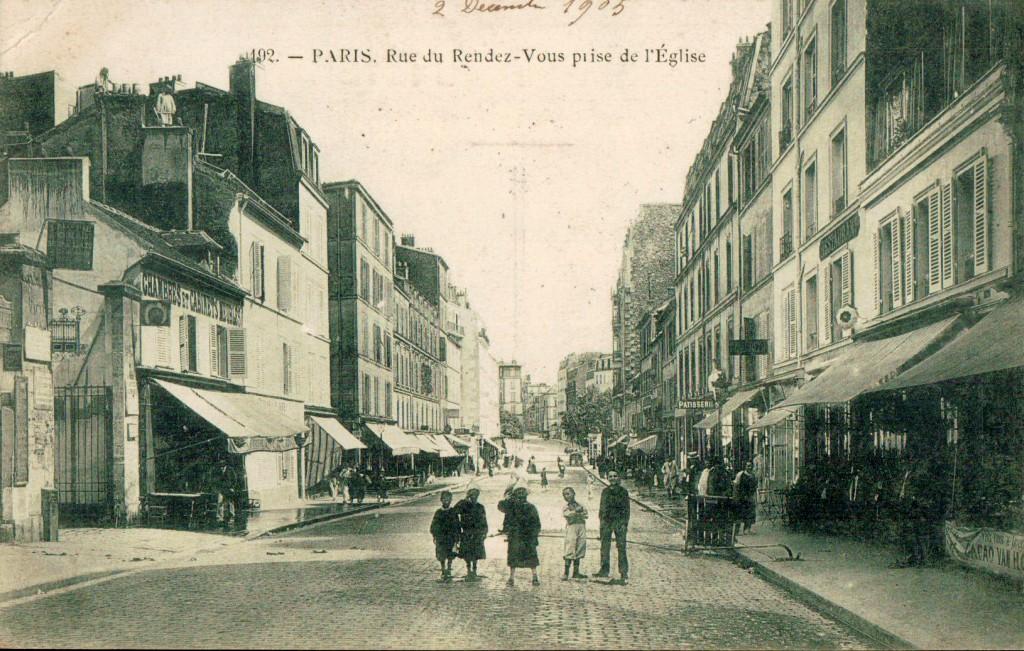 La rue du rendez-vous prise depuis l'église.