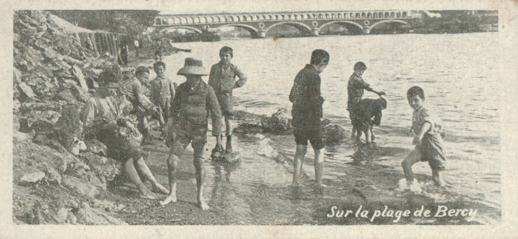 Paris plage en 1900 - Sur la plage de Bercy.