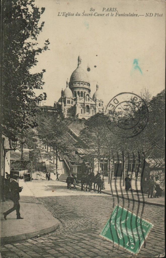 Vue du Sacré-Coeur de Montmartre depuis la place Saint-Pierre et funiculaire.