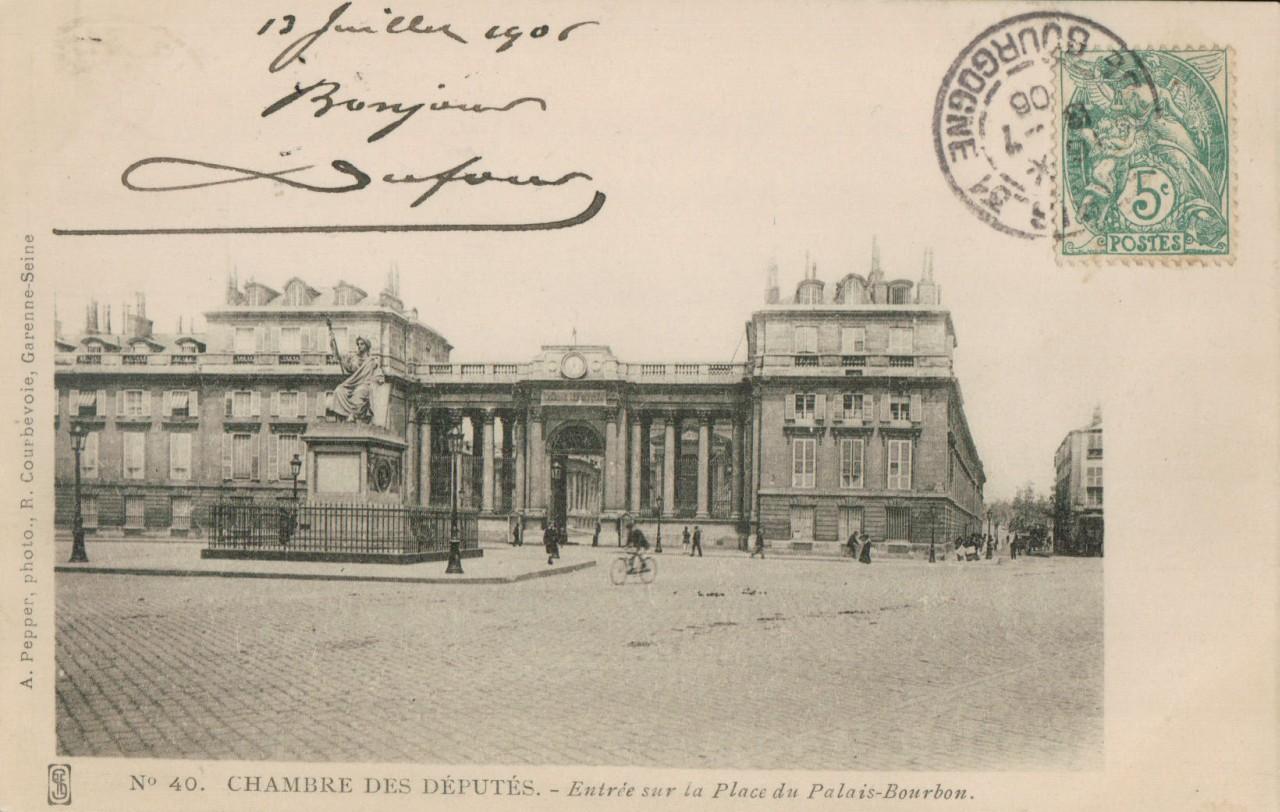 Entrée sur la place du Palais Bourbon.