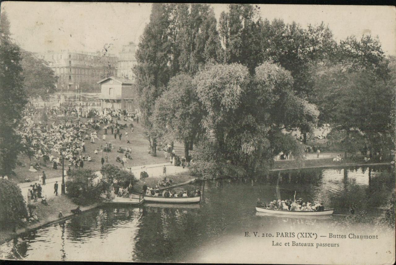 Paris - Buttes Chaumont - Lac et bateaux passeurs.