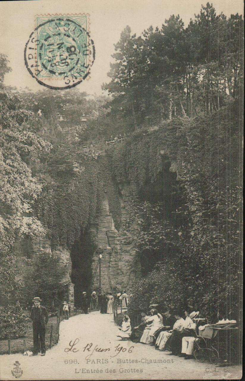 Paris - Buttes Chaumont - L'entrée des grottes.